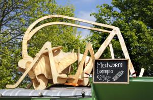 Amsterdam Westerpark. Foodfestival De Rollende keukens. Bij deze bus kan men snacks kopen die gemaakt zijn van insecten, zoals gefrituurde sprinkhanen op een stokje of meelworm loepia's